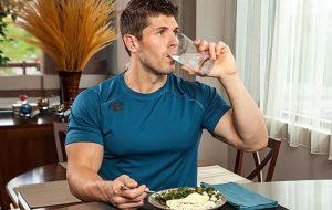آیا آب خوردن بین غذا خطرناک است؟ پزشکی و سلامت