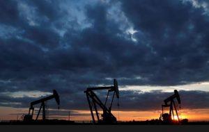 قیمت نفت خام افت کرد روی خط خبر