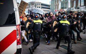 هلند؛ سرکوب معترضان کرونایی با گاز اشک آور روی خط خبر