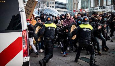 هلند؛ سرکوب معترضان کرونایی با گاز اشک آورباز / عکس
