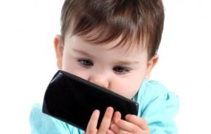 چگونه کودکان را از تلفن همراه دورنگه داریم؟ سبک زندگی