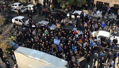 تجمع اعتراضآمیز هواداران استقلال/ استعفای مددی خواسته آبیها