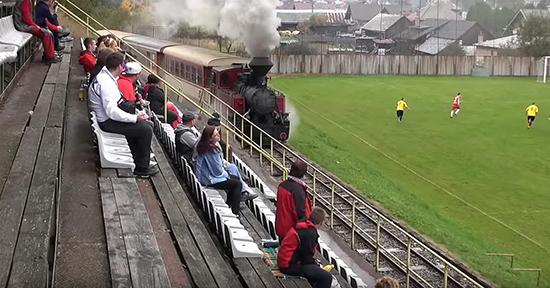 سوت قطار زیرپای تماشاگران: عجیبترین زمین فوتبال جهان / ویدیو و عکس