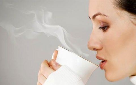 8 فایده نوشیدن آب داغ برای بدن