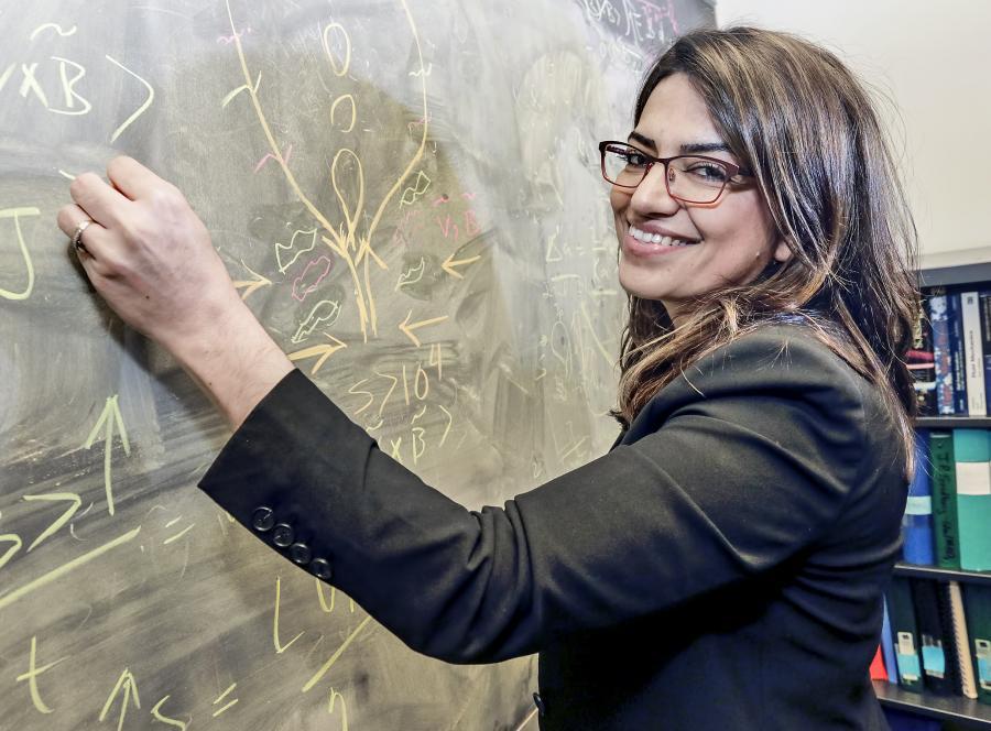 Fatimacopy فاطیما ابراهیمی فیزیکدان و مخترع موشک فیوژن/ عکس