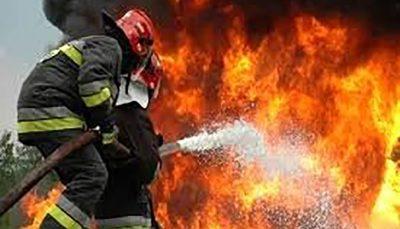تریلی حامل ۳۰ تن کاغذ در آتش سوخت