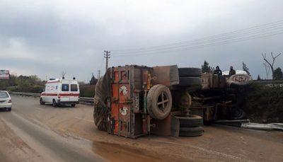 واژگونی کامیون حمل بار در بزرگراه آزادگان/ عکس