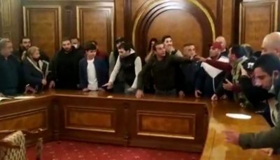 ورود معترضان به یک ساختمان دولتی در ایروان/ فیلم