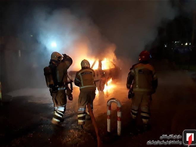 آتش گرفتن خودرو پرشیا حین حرکت در خیابان شریعتی / تصاویر