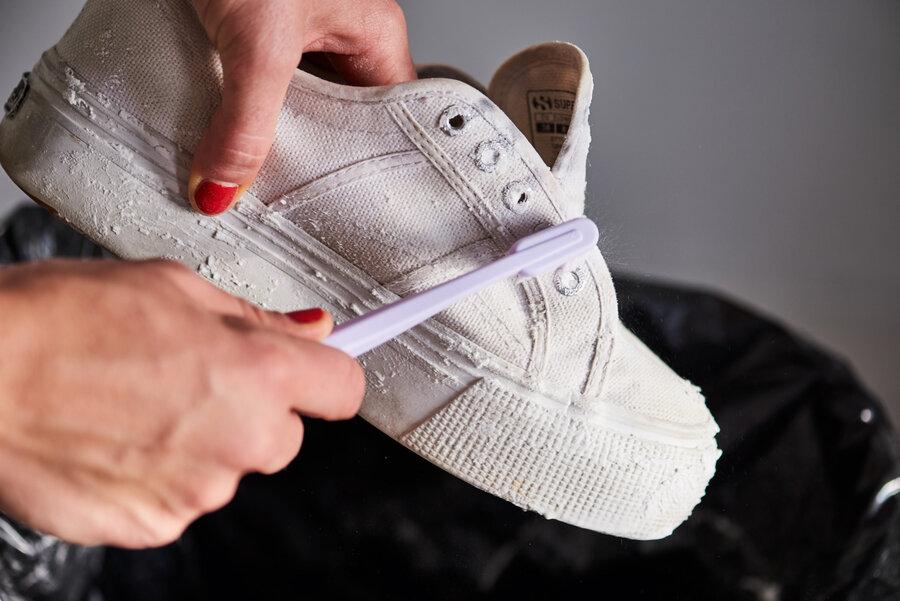 ۳ ترفند برای تمیز کردن کفش سفید