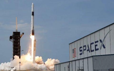 اسپیس ایکس ۲ فضانورد را به ماه می برد