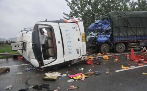 برخورد کامیون با اتوبوس ۱۱ کشته و ۱۹ زخمی برجای گذاشت