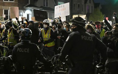 تظاهرات هزاران نفر از مردم شیکاگو بخاطر کشتهشدن نوجوان ۱۳ ساله