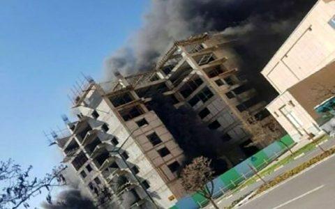 نجات ۱۳ کارگر ساختمانی از میان شعلههای آتش در تبریز