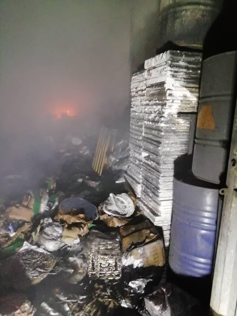 آتش سوزی در کارگاه صنعتی/ عکس