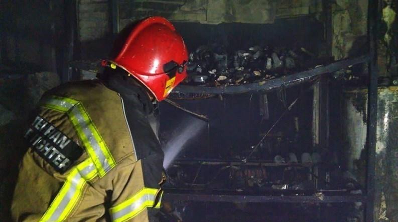 آتشسوزی در محل دپوی ظروف پلاستیکی / تصاویر