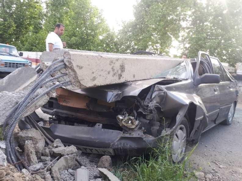 افتادن تیر چراغ برق روی پراید/ راننده جان سالم به در برد / تصاویر