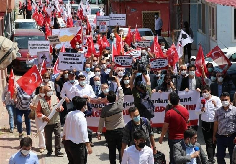 تجمع اعتراضی مردم ترکیه در مقابل پایگاه هوایی اینجرلیک/ عکس