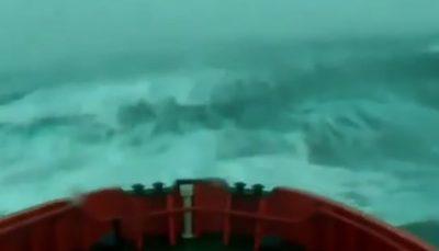 لحظات وحشتناک برخورد امواج سهمگین با نفتکشی در آتلانتیک