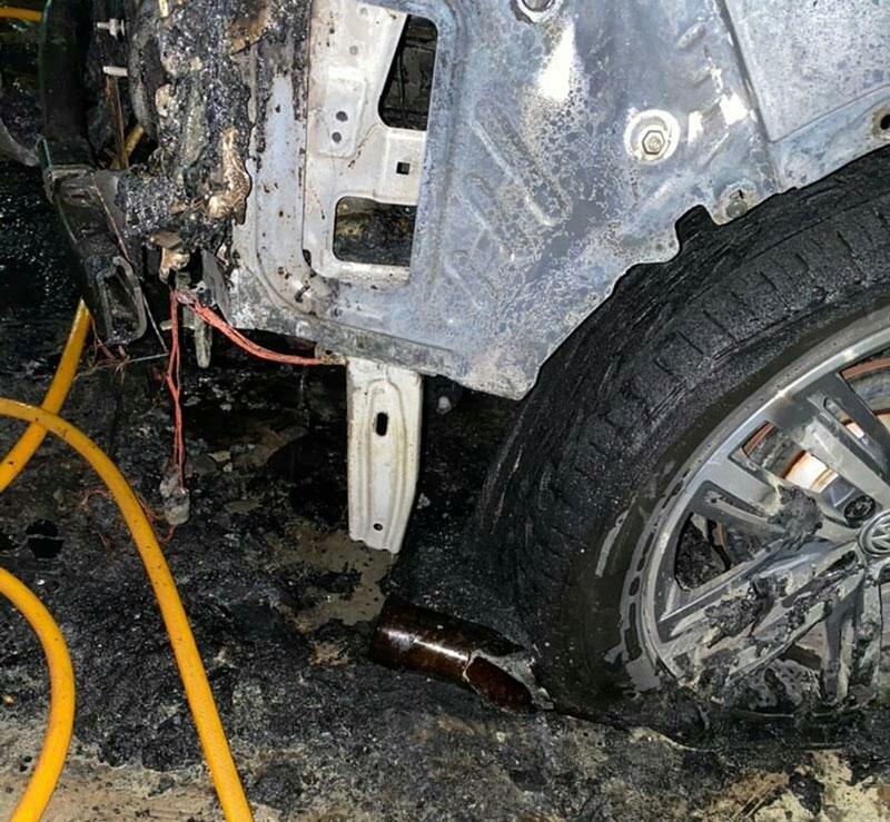 اراذل و اوباش پس از تهدید به قتل، خودروی یک خیّر را به آتش کشیدند/ تصاویر