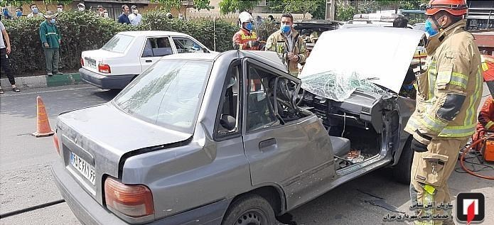 حبس راننده پراید در اتاقک ویران شده خودرو / تصاویر