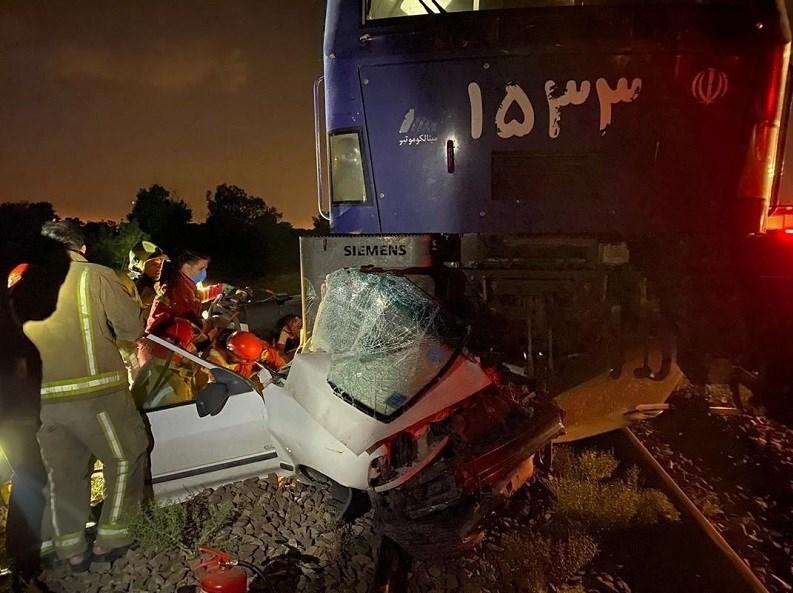 برخورد قطار با پراید در خط آهن شهرری؛ نجات معجزهآسای راننده / تصاویر
