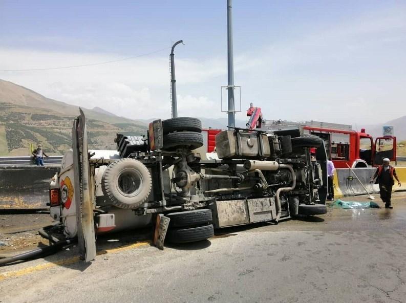 مصدومیت یک نفر در پی واژگونی تانکر حامل سوخت/ عکس