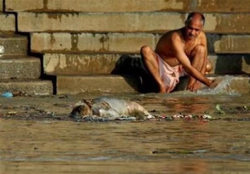 واکنش هند به رها کردن اجساد در رودخانهها/ اهدای ۵۰۰۰ روپیه برای هر خاکسپاری