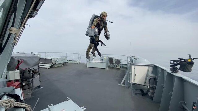 آزمایش جتپک توسط سربازان نیروی دریایی انگلیس