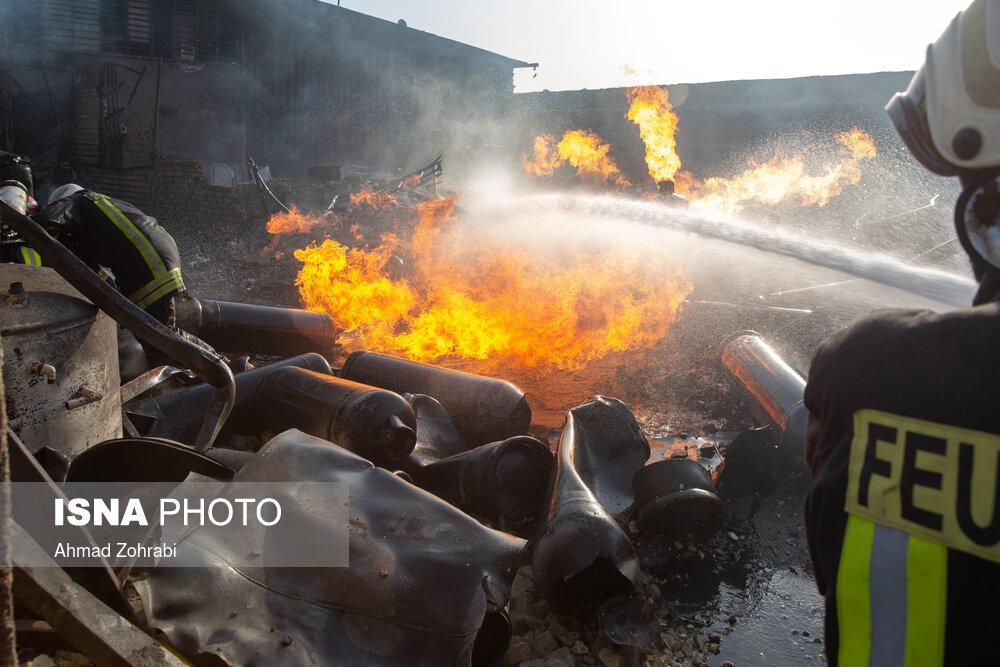 آتشسوزی کارخانه شارژ سلیندرهای گاز مایع درقم/ عکس