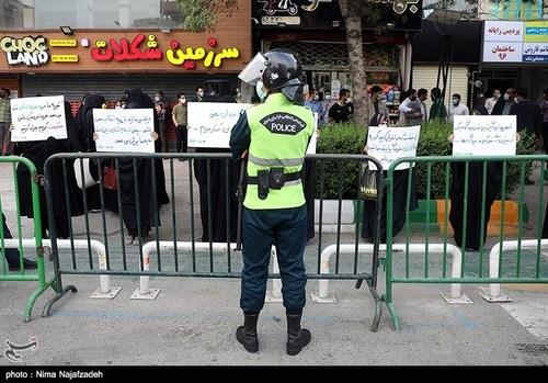 تجمع دلواپسان مقابل دفتر وزارت خارجه در مشهد / عکس