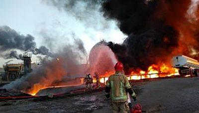 یکی از مخازن ضایعات نفتی شعله ور در پالایشگاه نفت تهران بر اثر استمرار آتش دقایقی پیش ناگهان منفجر شد.