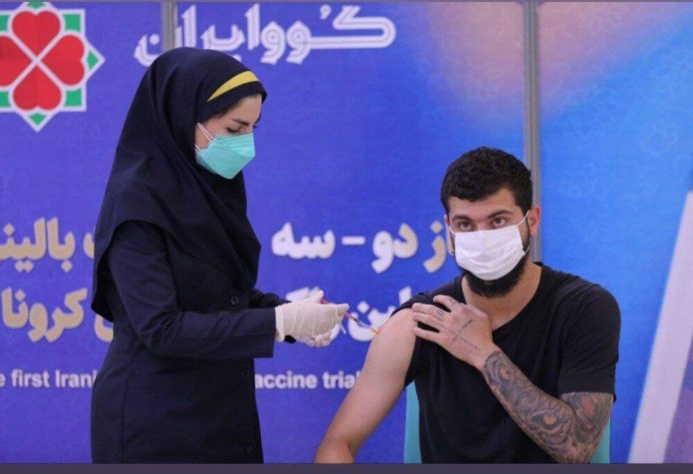 محمد دانشگر مدافع استقلال واکسن ایرانی تزریق کرد/ عکس
