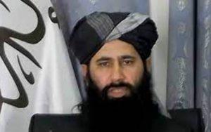 حضور ذبیح الله مجاهد در میان نیروهای نظامی طالبان در فرودگاه کابل