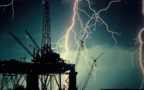 فرار کارکنان سکوهای نفتی خلیج مکزیکو در آستانه وقوع طوفان