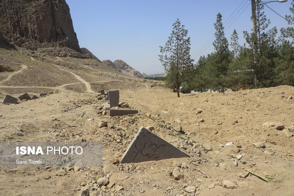 محل دفن جانباختگان کرونا در پارک جنگلی پردیسان قائم و دامنهی کوه صاحب الزمان (ع) - کرمان