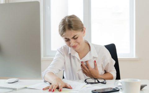 این علائم به زنان هشدار حمله قلبی می دهد