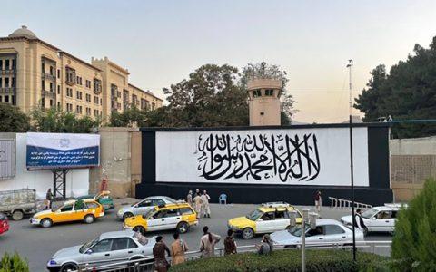 تصویر پرچم طالبان بر دیوارهای سفارت آمریکا در افغانستان